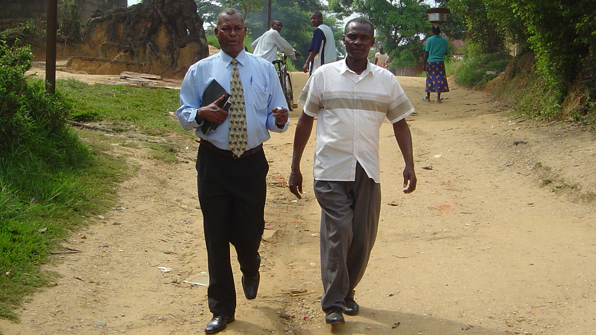 Pastor Kalunga (right) with General Superintendent Kalaki (left) in Kindu